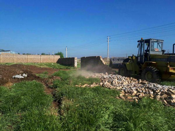 تخریب یازده بنای غیر مجاز در اراضی کشاورزی شهرستان بویین زهرا