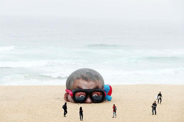 نمایشگاه آثار هنری کنار دریا