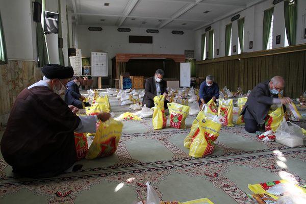 توزیع بستههای معیشتی کمک مومنانه سازمان جهاد کشاورزی استان یزد بین نیازمندان