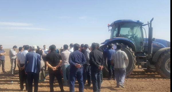 کشاورزان پیشرو بوئین زهرا با دستگاه ردیفکار جدید آشنا شدند