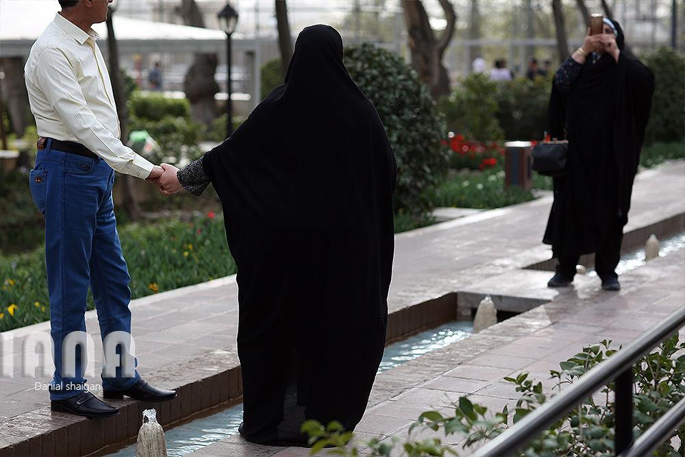 گردشگران در باغ گل ایرانی