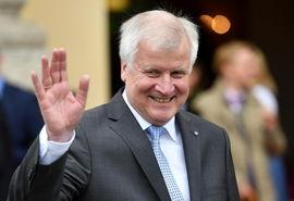وزیر کشو آلمان: نمیتوانم با مرکل کار کنم