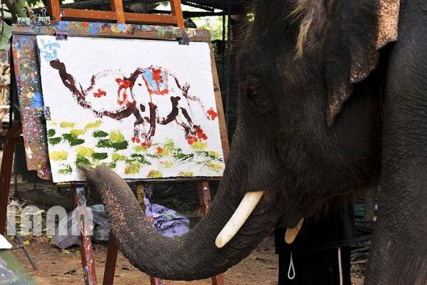 نقاشی کشیدن یک فیل در تایلند