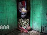 کودکی در جشن هندوها در شهر داکای بنگلادش